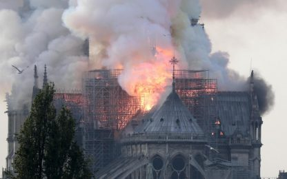 Parigi, i video dell'incendio che devasta Notre-Dame