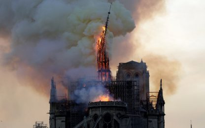 Incendio a Notre Dame a Parigi, crolla la guglia. FOTO