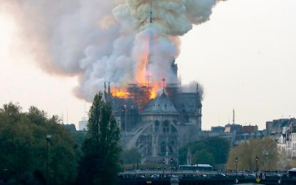 Parigi, incendio devasta la cattedrale di Notre Dame. FOTO
