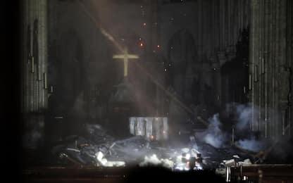 Incendio Notre Dame, croce e altare centrale sono salvi