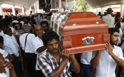 Sri Lanka, primi funerali vittime attentati di Pasqua. FOTO