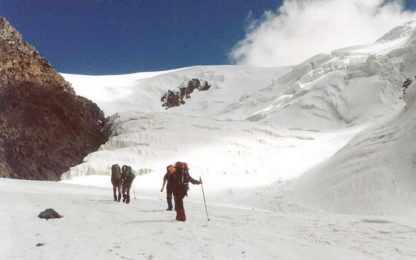 Russia, valanga travolge gruppo di 9 turisti sui monti Altai: 7 morti