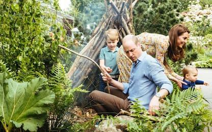 Regno Unito, Kate e William nel giardino reale con i figli