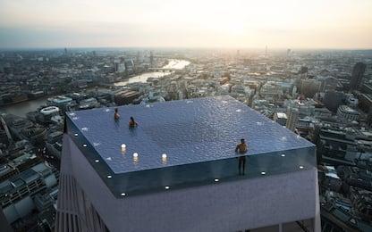 Londra, una piscina a sfioro sul tetto di un grattacielo: VIDEO
