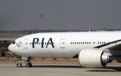 Passeggero scambia uscita d'emergenza per il bagno: aereo bloccato