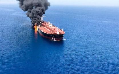 """Petroliera Iran in fiamme in Arabia Saudita: """"Colpita da missile"""""""