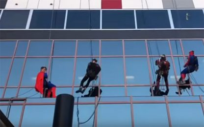 Adelaide, all'ospedale pediatrico arrivano i lavavetri supereroi