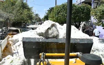 Grandinata Guadalajara, bulldozer rimuove ghiaccio dalla strada. VIDEO