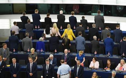 Eurodeputati del Brexit Party di spalle durante l'inno Ue