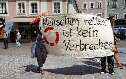 "Salisburgo, manifestanti a Mattarella: ""Liberate Carola"""