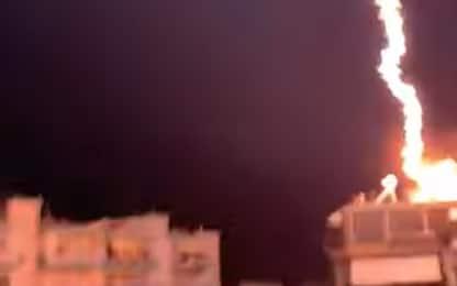 Grecia, temporale violento: il fulmine sembra un'esplosione. VIDEO