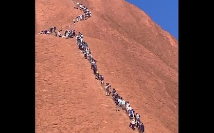 Australia, turisti in coda sull'Uluru prima del divieto di scalata