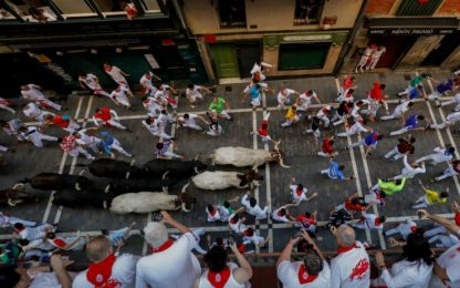 Josh Norman sfida un toro a Pamplona. VIDEO