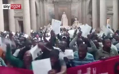 Migranti, sans-papiers occupano il Pantheon di Parigi. VIDEO