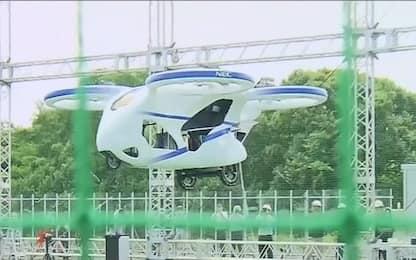 Giappone, l'auto volante sospesa in aria per un minuto. VIDEO