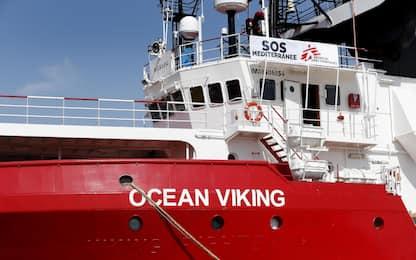 Migranti, la Ocean Viking nel porto di Augusta in attesa dello sbarco