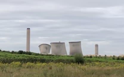 Le torri della centrale elettrica collassano in pochi secondi. VIDEO
