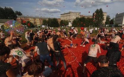 Tomatina, a San Pietroburgo la battaglia dei pomodori. FOTO
