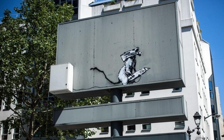 Una foto del murales rubato fuori dal Centro Pompidou