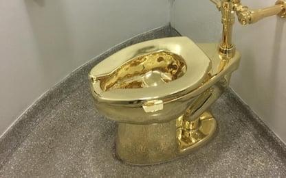 """Inghilterra, rubato il """"water d'oro"""" di Maurizio Cattelan"""