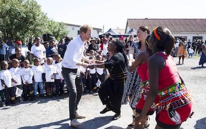 Sudafrica, Harry e Meghan Markle ballano in strada. FOTO