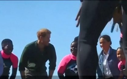 Harry e Meghan ballano con i surfisti in Sudafrica. VIDEO
