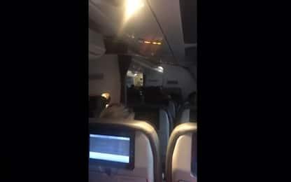 Thomas Cook, il pianto dello steward durante l'ultimo volo. VIDEO