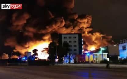 Francia, incendio in un impianto chimico: nube nera a Rouen. VIDEO