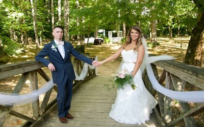 Matrimonio con l'imbucato: l'orso sorprende gli sposi. FOTO