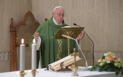 Crollano frammenti della volta di San Pietro durante la messa del Papa