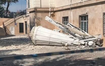 Terremoto a Istanbul, due forti scosse: gente in strada, cade minareto