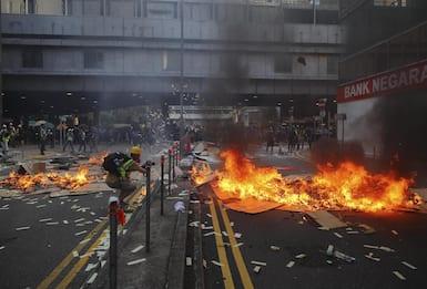 Hong Kong, grave il 18enne ferito dalla polizia. Centinaia di arresti