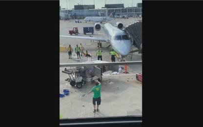 Chicago, mezzo di servizio impazzisce su pista dell'aeroporto. VIDEO
