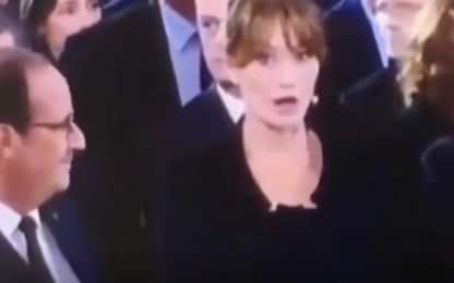 Hollande stupisce Carla Bruni ai funerali di Chirac. VIDEO