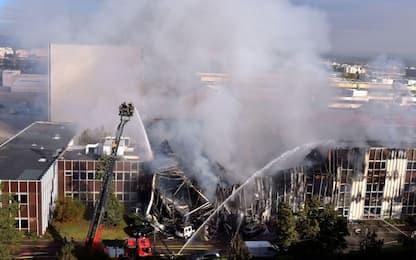 Incendio a Lione, prende fuoco uno stabilimento in periferia