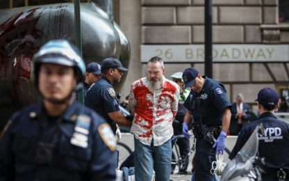 New York, ambientalisti coperti di sangue finto a Wall Street. VIDEO