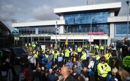 Londra, gli ambientalisti di Extinction Rebellion cercano di bloccare l'aeroporto
