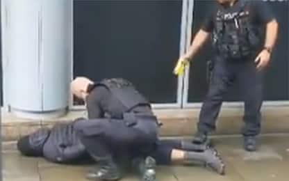 Manchester, accoltellati in centro commerciale: il video dell'arresto