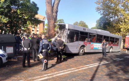 Roma, autobus si schianta contro un albero. FOTO