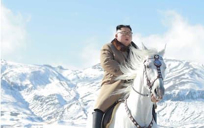 Kim Jong-un su un cavallo in cima al monte Paektu. FOTO