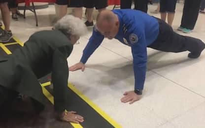 Usa, infermiera di 84 anni sfida agente a fare flessioni. VIDEO