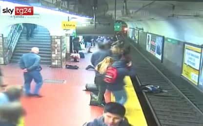 Cade sui binari della metro a Buenos Aires: salvata. VIDEO