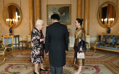Elisabetta II con gli ambasciatori di Etiopia e Laos. FOTO