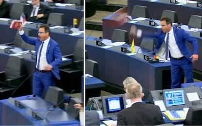 Parlamento europeo, il leghista Ciocca lancia cioccolato turco. VIDEO
