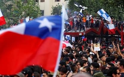Cile, referendum per nuova Costituzione. Continuano le proteste. VIDEO