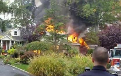 Precipita aereo nel New Jersey, case in fiamme a Colonia. VIDEO