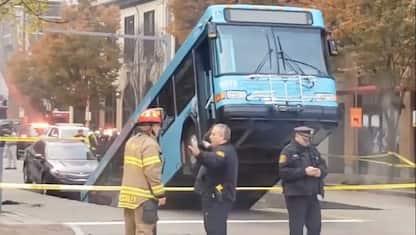 Autobus fermo a un semaforo sprofonda in una voragine. VIDEO