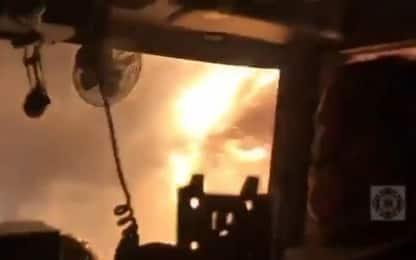 Incendi in California, i pompieri guidano tra le fiamme. VIDEO