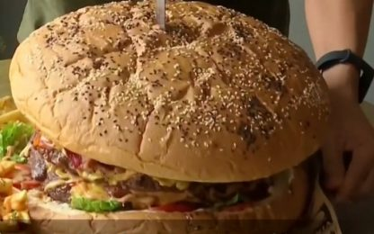 Thailandia, hamburger da 6 kg e 10mila calorie VIDEO