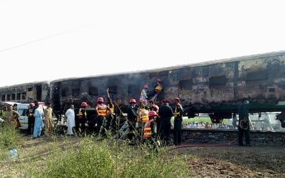 Pakistan, incendio su un treno nel Punjab: almeno 73 morti. VIDEO